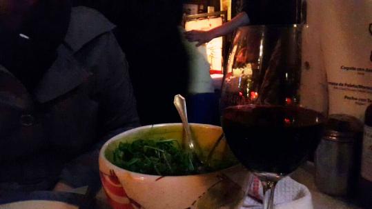 Minha saladinha de rúcula e parmesão com vinho ;)